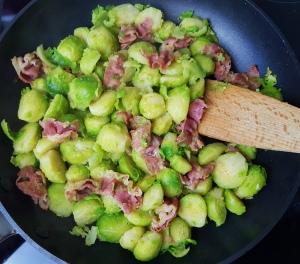 Rosenkohlpfanne low carb mit Bacon und Walnüssen