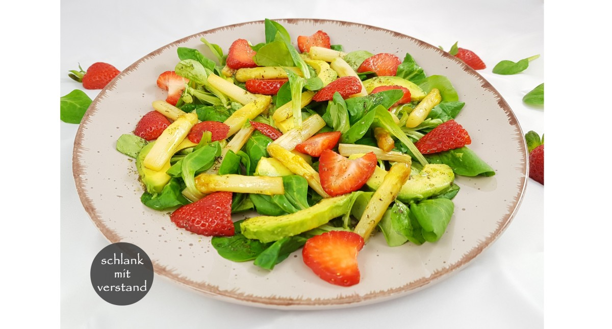 Spargel-Erdbeer-Salat mit Avocado low carb vegan