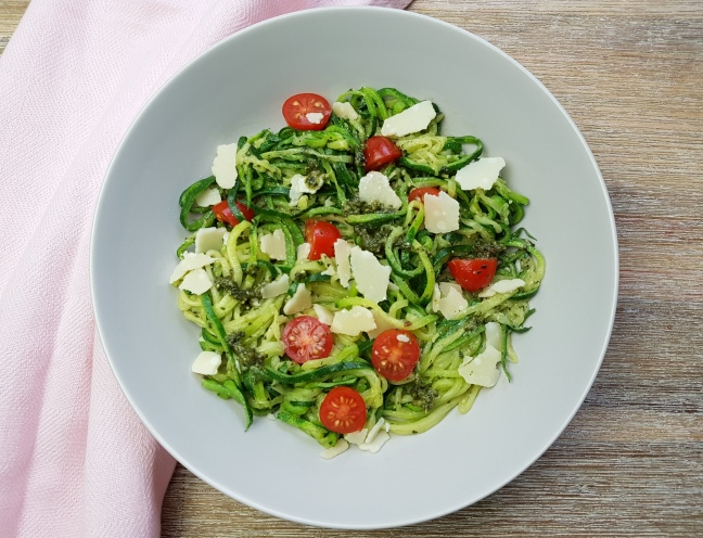 low carb Zucchininudeln mit Pesto