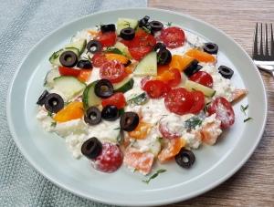 Hüttenkäse Salat mediterran low carb Rezept